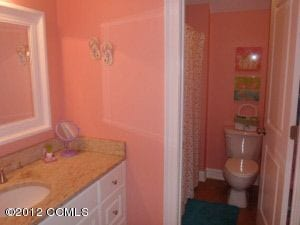 Girls bathroom, en suite bathroom, girly colored bath