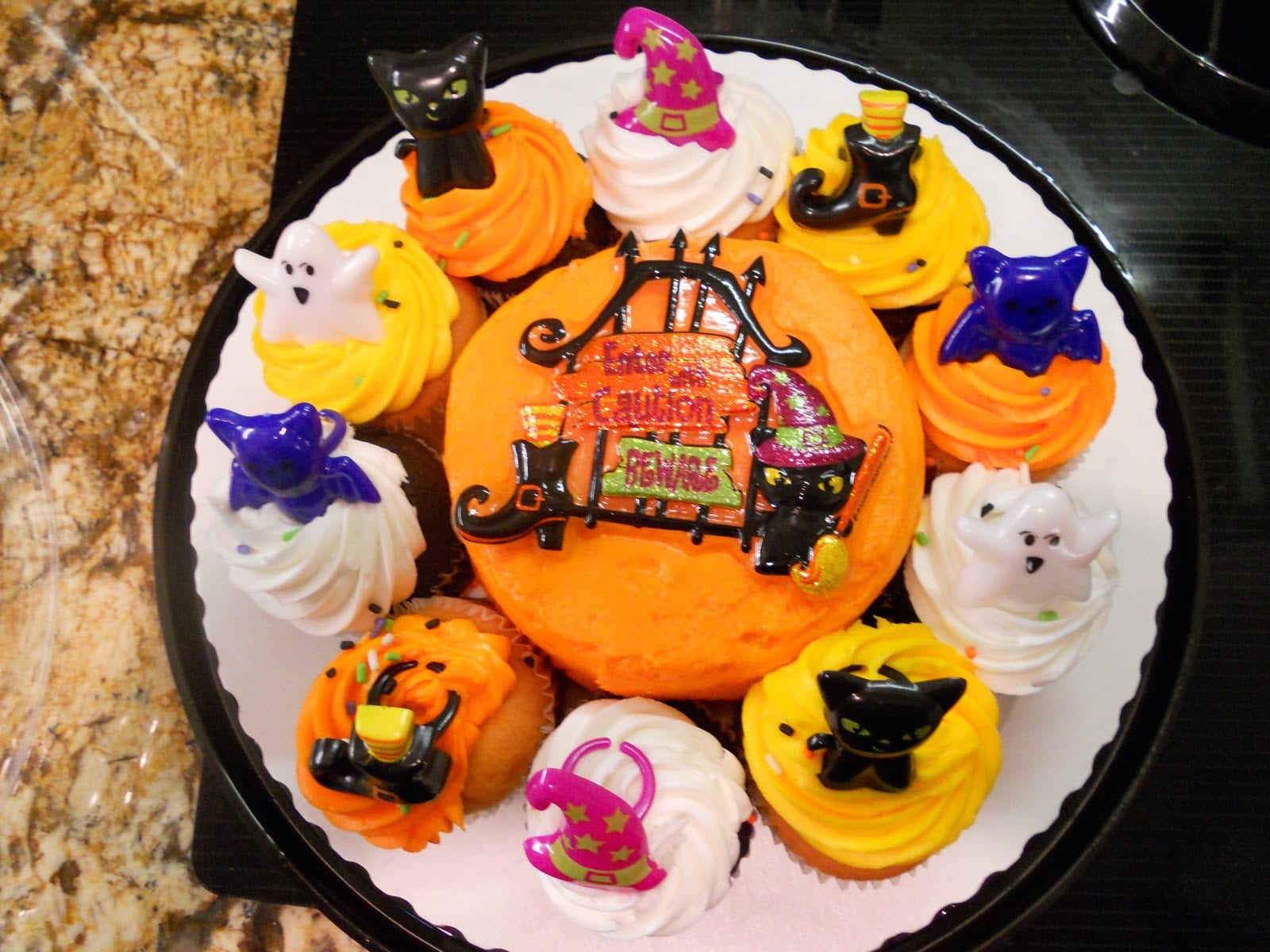 halloween themed cupcakes, decorated cupcakes